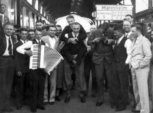 Nederlands Elftal 1934 onderweg naar Italië. Uiterst links Leo Halle.