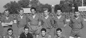 1962. Elftal Roda JC met 'de klok' op de achtergrond.