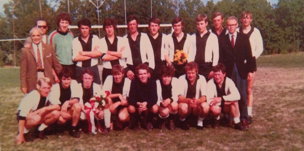 1971. Kampioenselftal A.B.S. (Bathmen) met trainer Henneman Roelofs (staand, rechts)