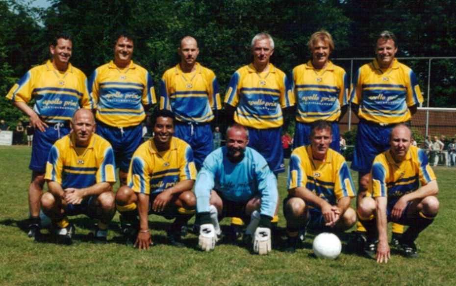 De oud-profs met onder meer (staand vanaf rechts) Peter Houtman, John Oude Wesselink, Bert van Marwijk en Dennis Hulshoff, en zittend links Jan van Dijk.