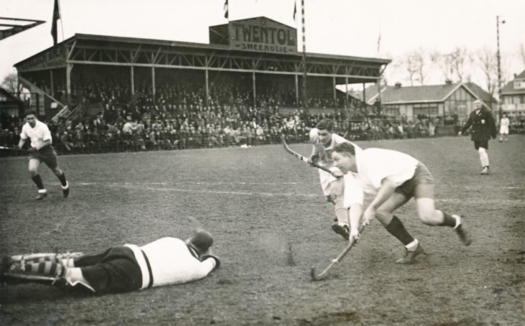 5 maart 1932. Internationaal hockeyduel in het GO-Ahead stadion: Nederland B tegen West-Duitsland