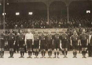 1922-Hulsman 6e van links tegen denemarken nu spelend voor fey