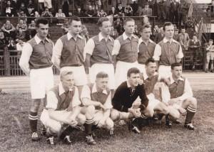 """Tonny van Gelder (bovenste rij rechts), Wim Voortman (onder, tweede van links) en Adri Meulenbrug (onder, tweede van rechts) in het Luxemburgse combinatieteam, waarmee ze met 0-10 verloren van de """"Magische Magyaren""""."""