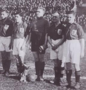 Leo Halle, voor de wedstrijd tegen Italië in 1928 met konijn voor zijn voeten.