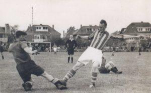 Go-Ahead-speler Herman Koopman (rechts) namens het Deventer elftal in een duel om de bal in de wedstrijd tegen een RAF-team op 6 mei 1945.