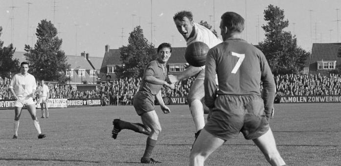Wim Bleijenberg scoort één van de elf goals van Go-Ahead tegen Roda JC in 1962.