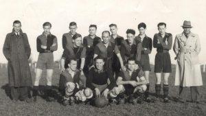 Elftalfoto V.V. D.E.S. 1949-1950 met keeper Kas Woudstra