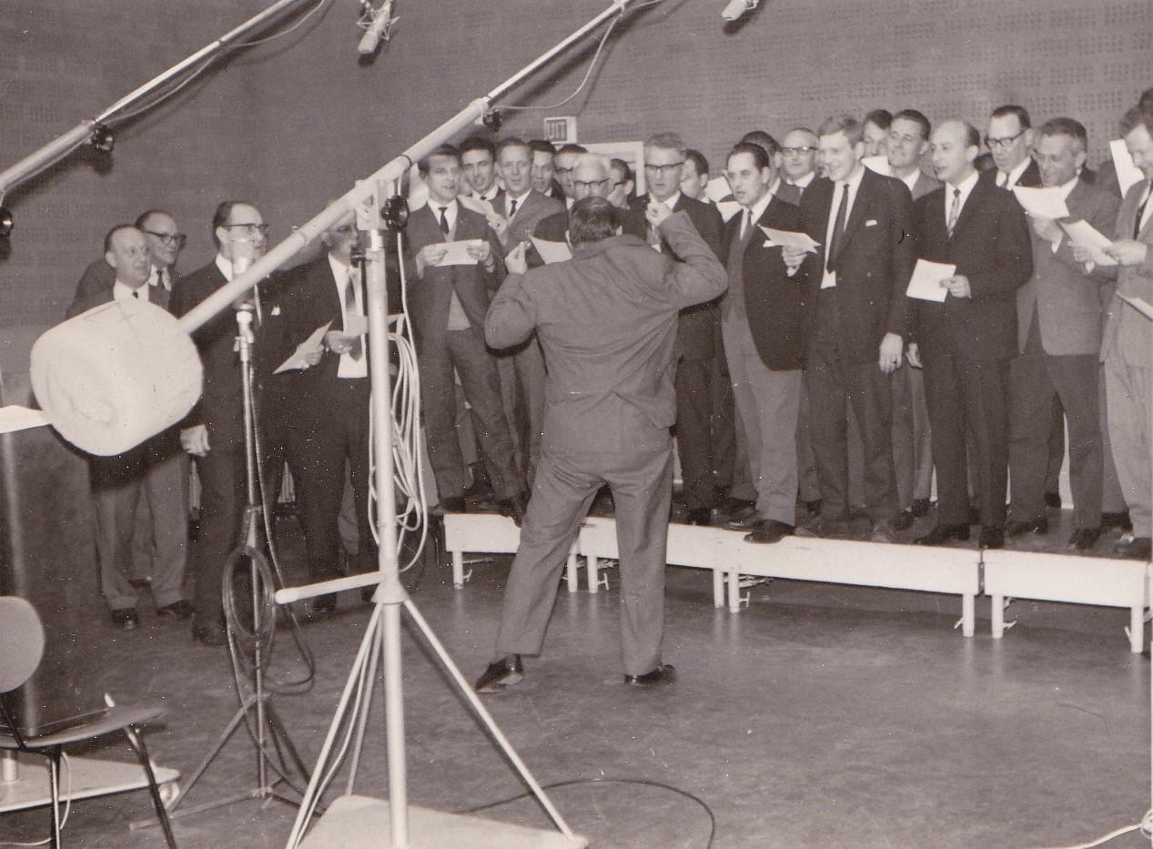 Het Go-Ahead-koor in de Hilversumse studio in actie tijdens de opname van Go-Ahead is niet te kraken. Foto: archief DVV Go-Ahead.